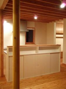 1階/食卓と台所の間に配置したアイランドが型キッチン