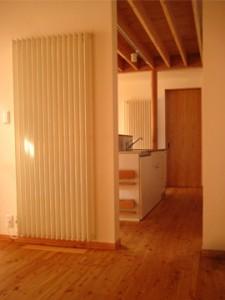 1階/居間からキッチンを望む