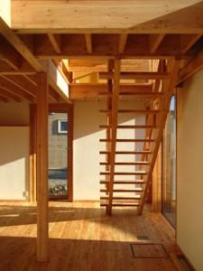 1階/食卓から居間の階段を望む