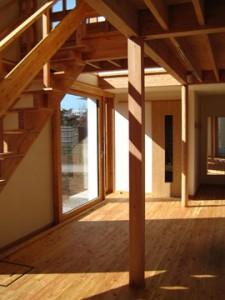 1階/居間から玄関と食卓を望む