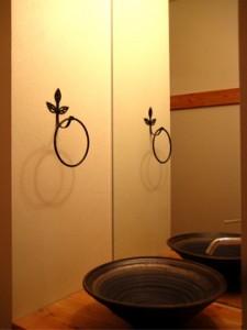 1階/玄関脇に配置した来客用の手洗い