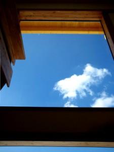 1階/食卓から2階の採光窓を望む